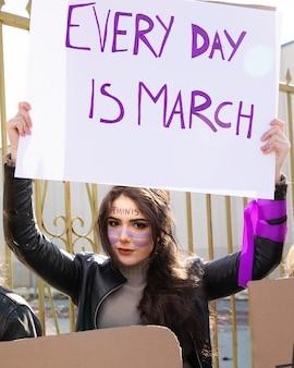 Jovem ativista protestando por direitos iguais