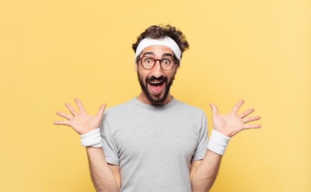 Jovem atleta barbudo maluco com expressão de surpresa