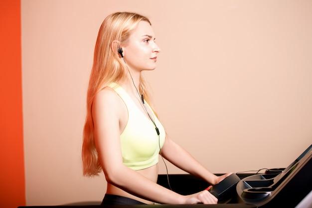 Jovem atleta fazendo exercício na esteira