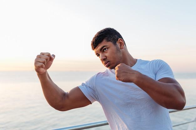 Jovem atleta fazendo exercícios pela manhã