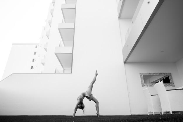 Jovem atleta fazendo posições de ioga e pilates ao ar livre