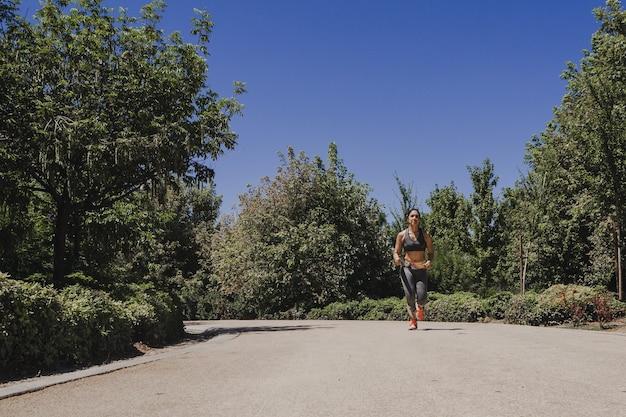 Jovem atleta feminina treinando na estrada