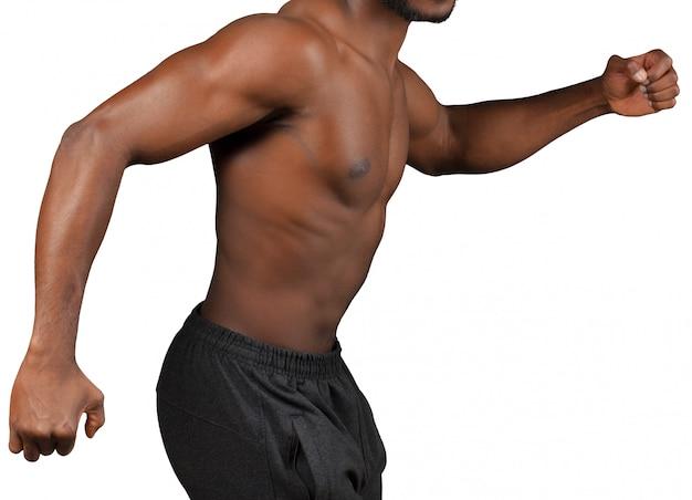 Jovem atleta isolado no branco