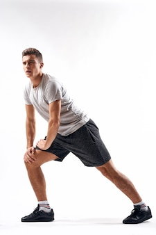 Jovem atleta masculino posando