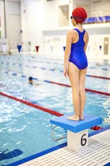 Jovem atleta na piscina