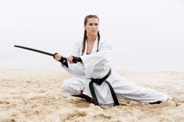 Jovem atlética em traje de arte marcial