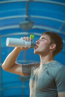 Jovem atlético bebendo água