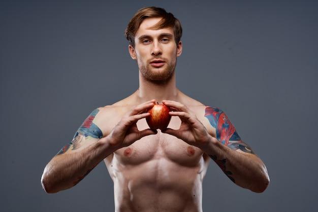Jovem atlético com músculos musculosos e abdômen nu