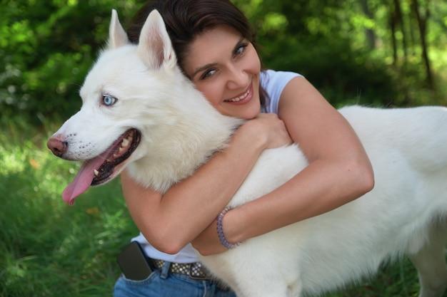 Jovem atraente, abraçando seu cão de estimação