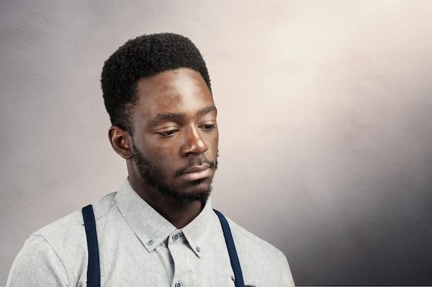 Jovem atraente afro americano negro de humor triste