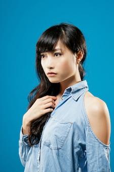 Jovem atraente asiática, closeup retrato