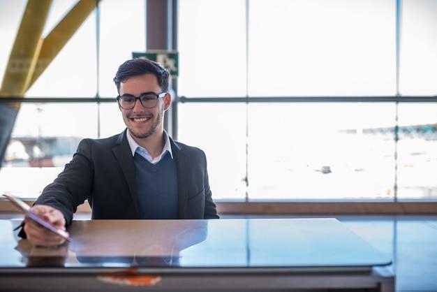Jovem atraente check-in no aeroporto com seu passaporte