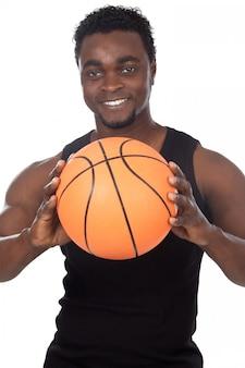 Jovem atraente com uma bola de basquete sobre fundo branco
