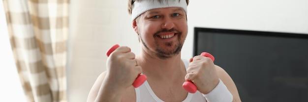 Jovem atraente, envolvido em fitness