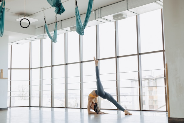 Jovem atraente fazendo exercícios de fitness com yoga no chão