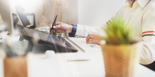Jovem, atraente, femininas, freelancer, trabalhando
