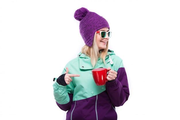 Jovem, atraente, mulher, em, roxo, terno esqui, segure, copo vermelho