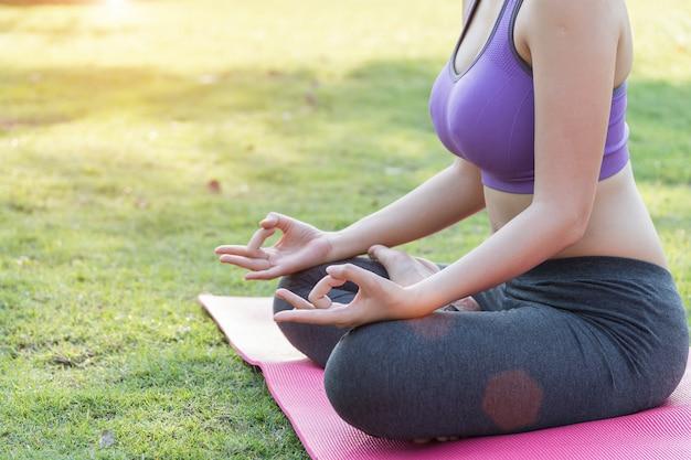 Jovem, atraente, mulher sorridente, prática, ioga