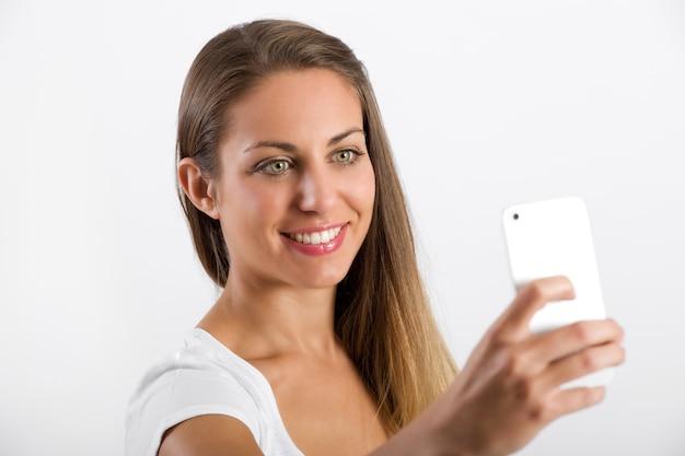 Jovem atraente, olhando para o celular