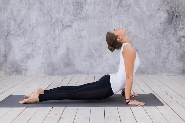 Jovem atraente praticando ioga