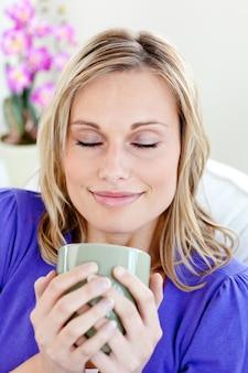 Jovem atraente que aprecia o café dela