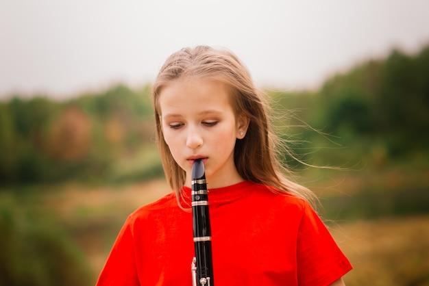 Jovem atraente tocando clarinete