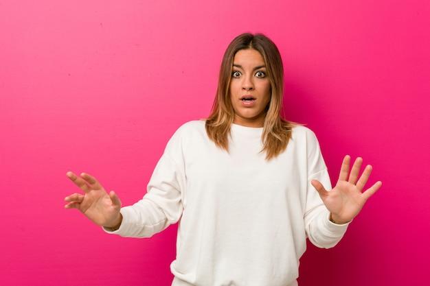 Jovem autêntica mulher carismática sendo chocada devido a um perigo iminente