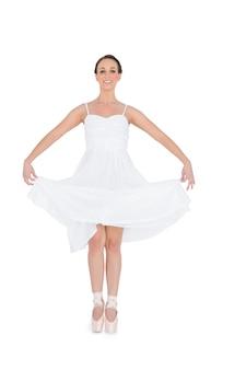 Jovem bailarina alegre isolada