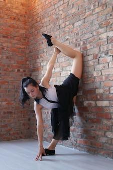 Jovem bailarina alongamento