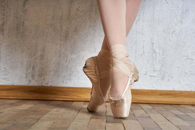 Jovem bailarina com sapatilhas de ponta