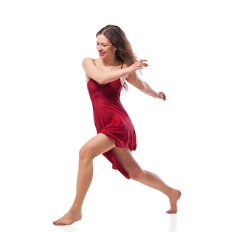 Jovem bailarina com vestido vermelho isolado