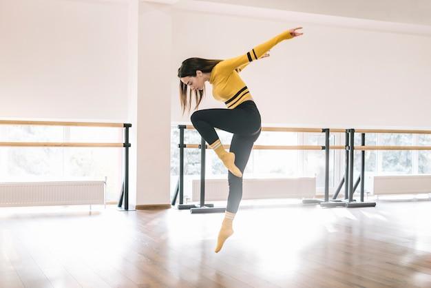 Jovem bailarina feminina praticando no estúdio de dança
