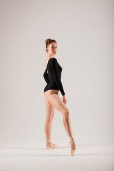 Jovem bailarina isolada no fundo branco
