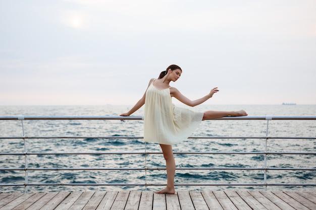 Jovem bailarina linda dançando e posando do lado de fora