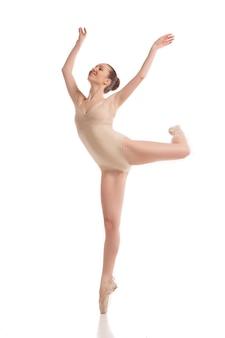 Jovem bailarina moderna isolada no fundo branco