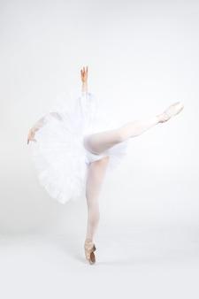 Jovem bailarina praticando movimentos de balé