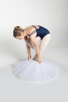 Jovem bailarina se preparando para a dança