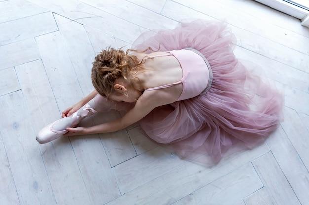 Jovem, bailarino balé, em, classe dança