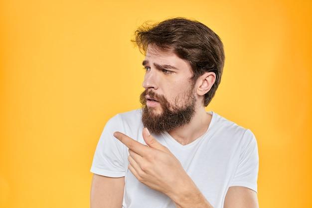 Jovem barbudo apontando para a esquerda