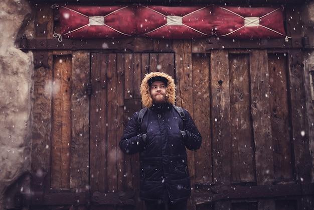 Jovem barbudo com casaco de inverno