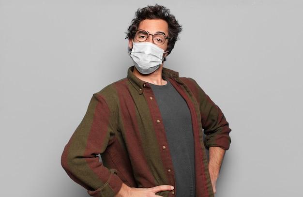 Jovem barbudo com máscara médica