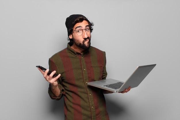 Jovem barbudo com um laptop. conceito de mídia social