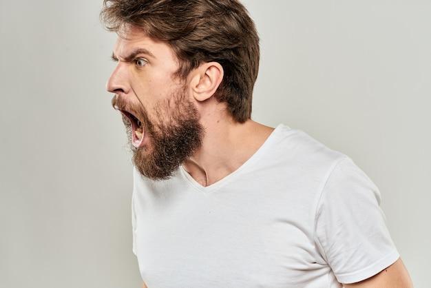 Jovem barbudo com uma camiseta branca posando