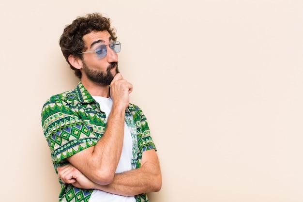 Jovem barbudo descolado pensando ou escolhendo