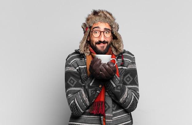 Jovem barbudo e vestindo roupas de inverno