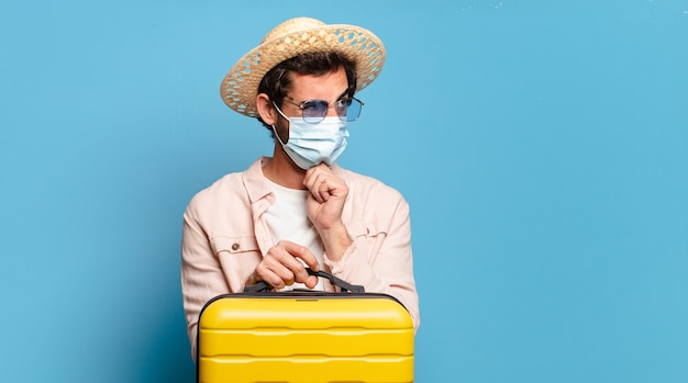 Jovem barbudo louco com uma máscara cobiçosa. conceito de viagens.