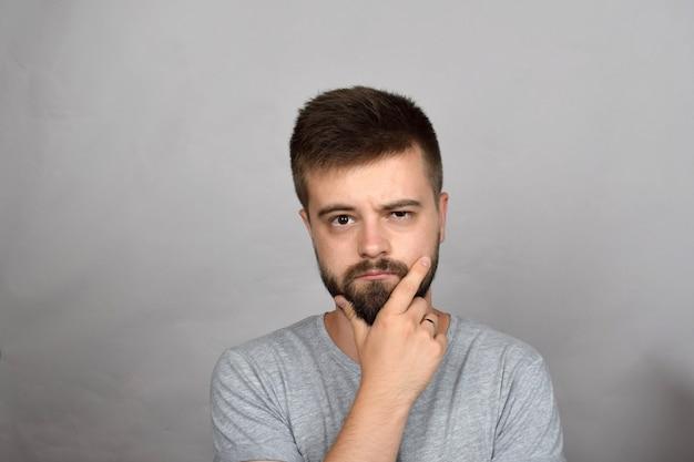 Jovem barbudo preocupado