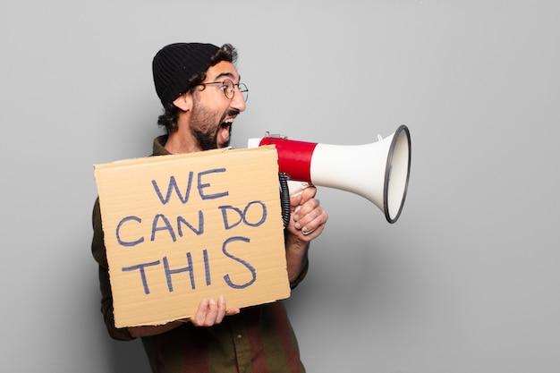 Jovem barbudo protestando com um megafone