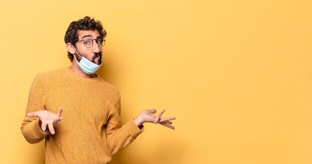 Jovem barbudo se expressando com um espaço de cópia.