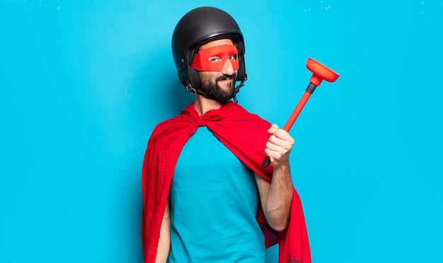 Jovem barbudo. super-herói louco e bem-humorado com capacete e máscara
